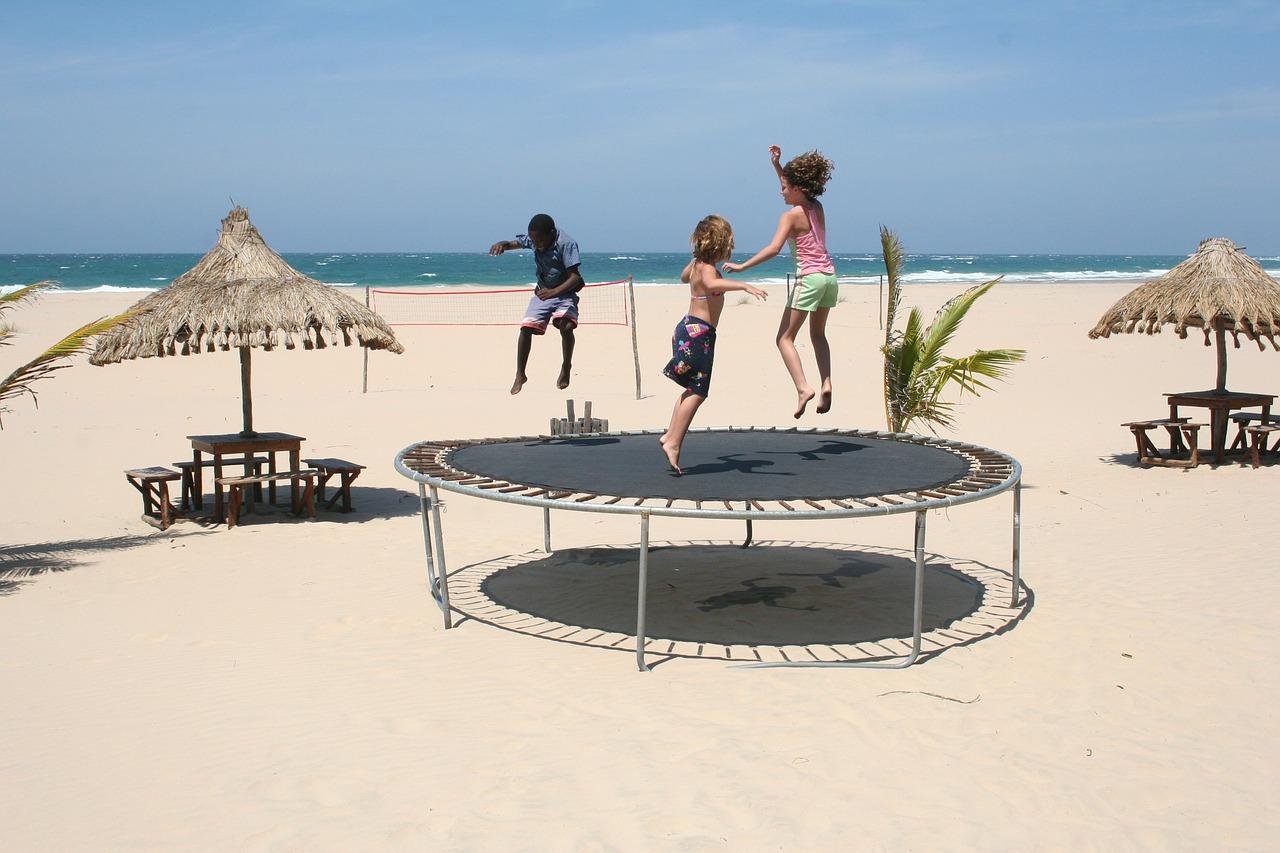 Děti skáčou na pláži
