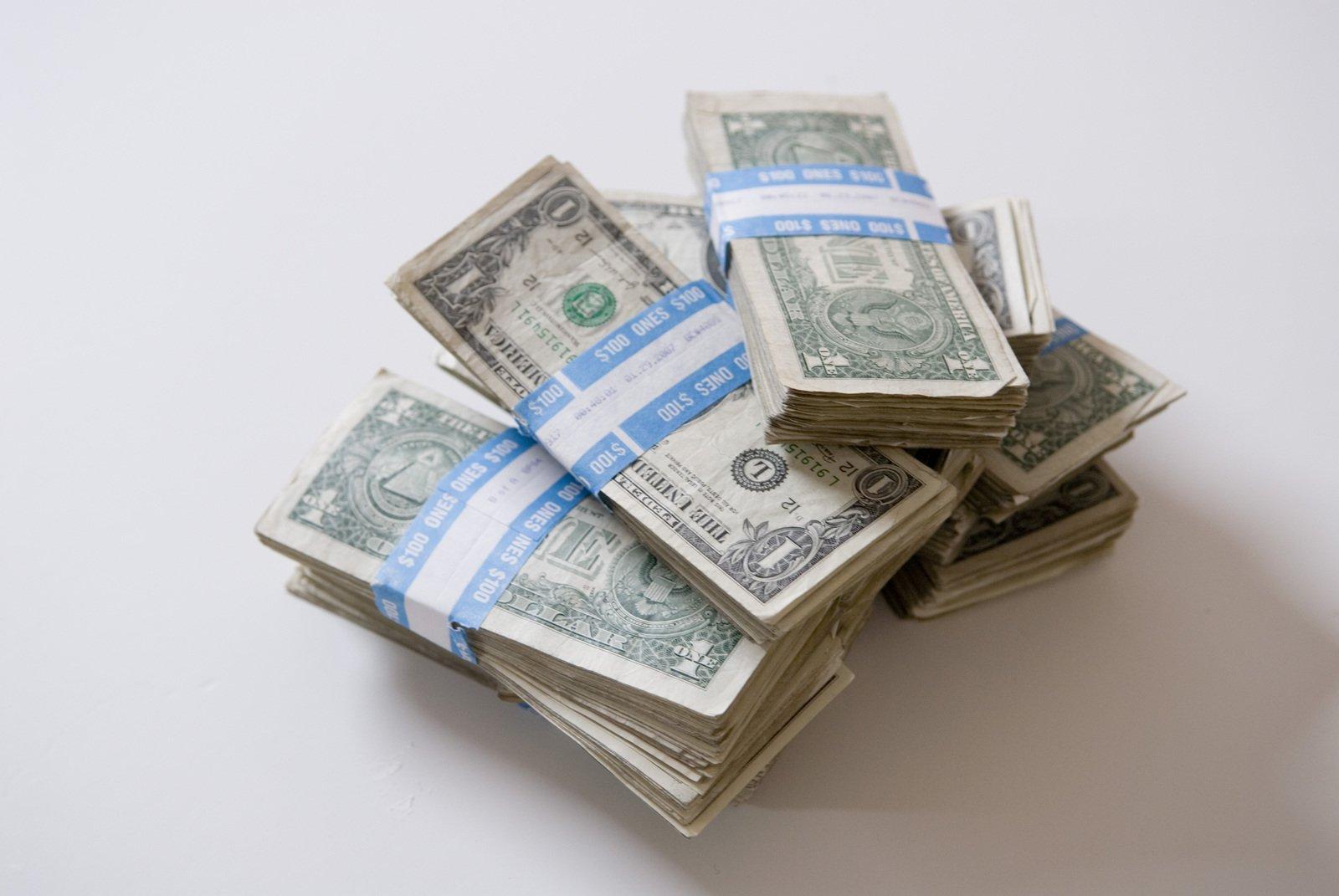 balíčky dolarových bankovek