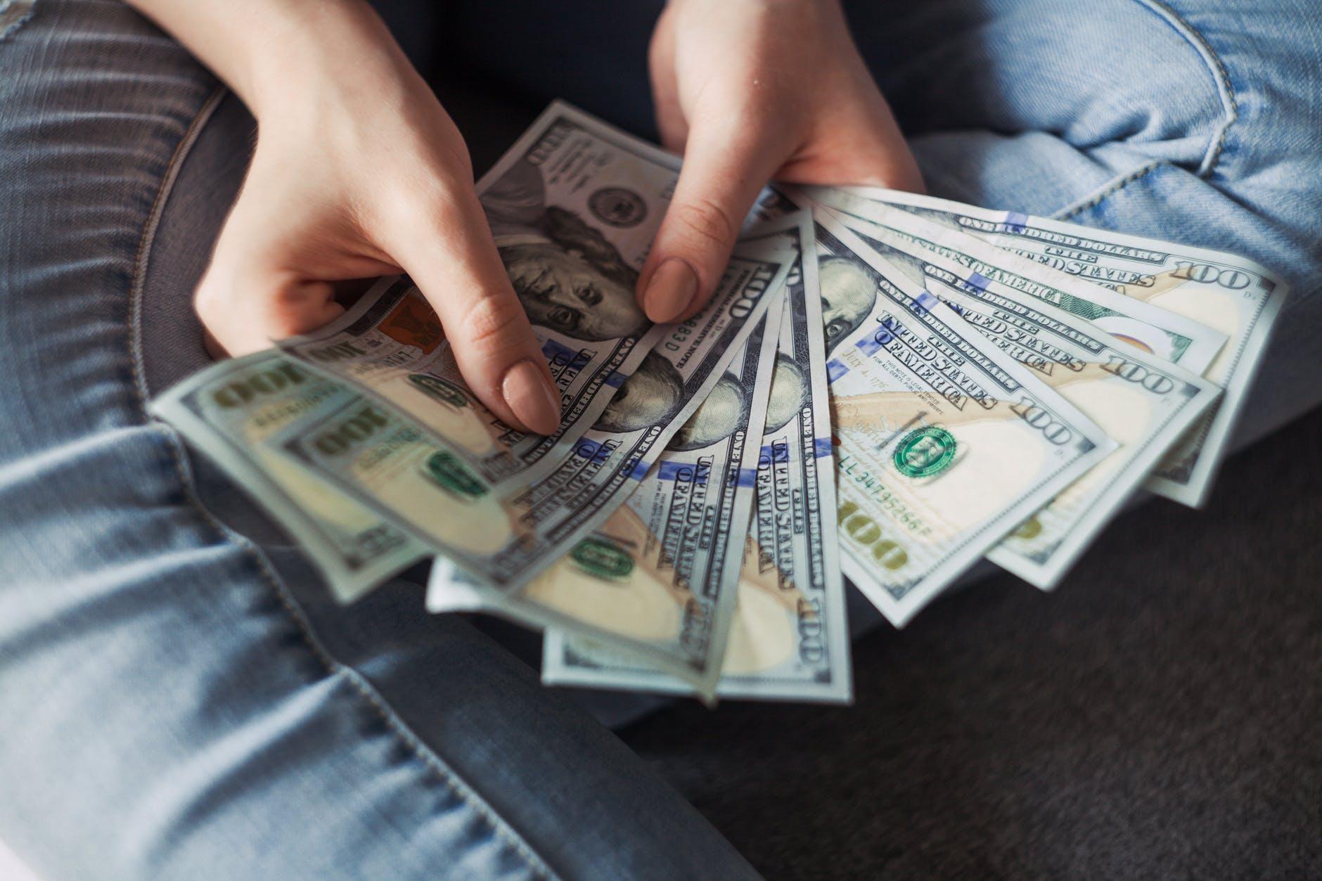 dolary v rukou