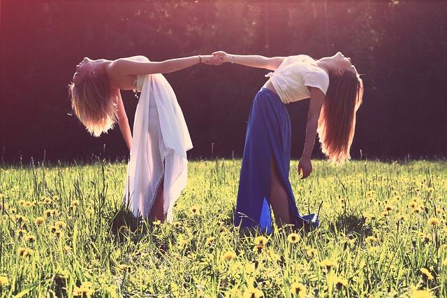 nejlepší kamarádky se drží za ruce