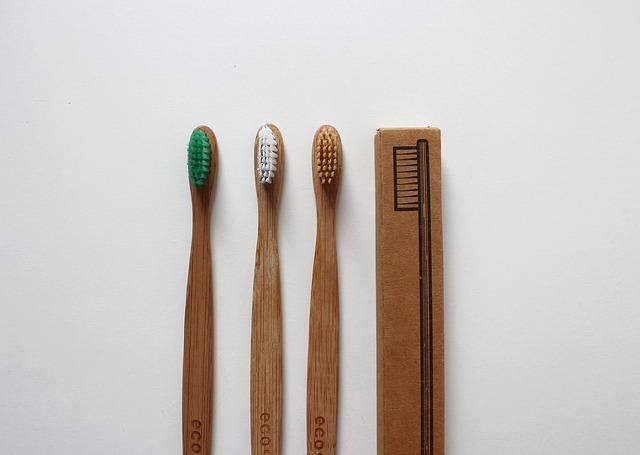 dřevěný zubní kartáček