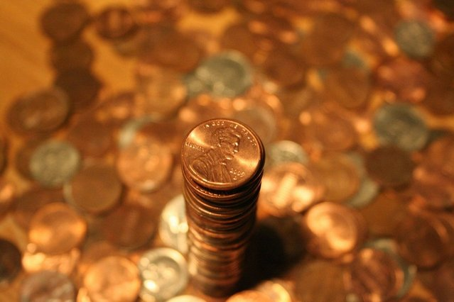 věž z mincí na kupě mincí
