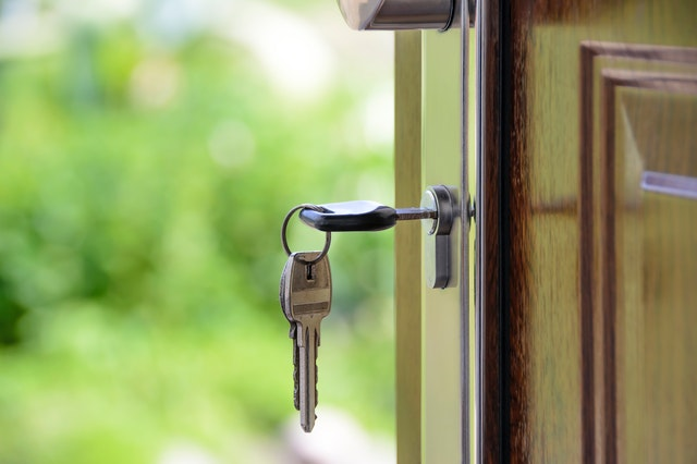 Pootevřené dveře bytu s klíči v zámku