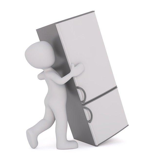 Postava stěhující lednici